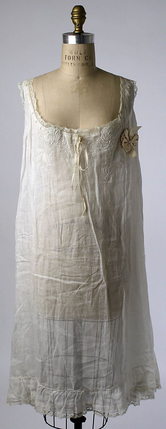 Chemise Met Museum 1910 S One Of Two Almost Identical With The Same Monogram But Different Embroidery The Origin Chemise Vintage Outfits Beautiful Outfits