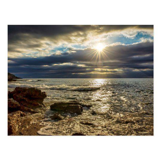Postal de un nublado amanecer en el mar mediterraneo