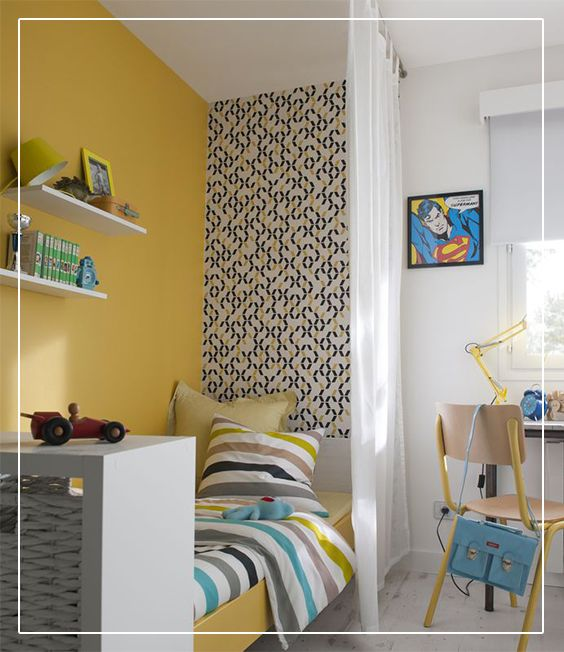 un l de papier peint jaune et noir chromo sur un pan de mur de la chambre de b b est une. Black Bedroom Furniture Sets. Home Design Ideas