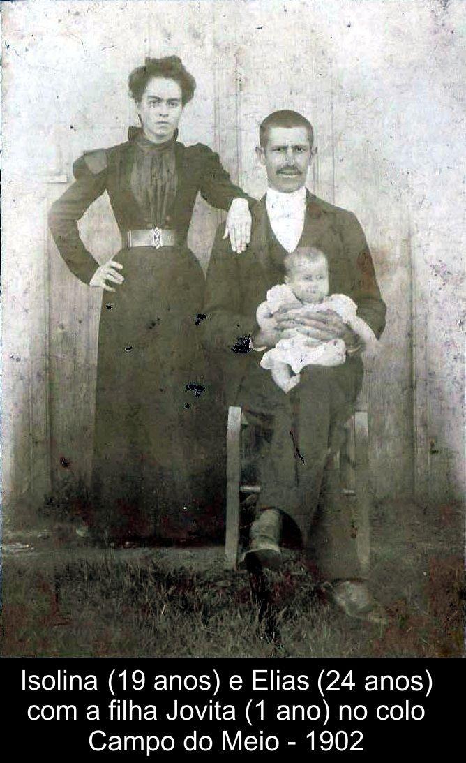 Casam-se no Cartório Civil em 19 de outurbo de 1899, no distrito de Ametista, (hoje Campo do Meio) Passo Fundo/RS, e em 17 de abril de 1903 na Igreja, em Passo Fundo/RS, Elias Nunes Vieira (21 anos) e Isolina Maria de Oliveira (16 anos), que passa a usar o nome Isolina Maria de Oliveira Vieira. Tiveram 4 filhos: Jovita (que nesta foto esta no colo do pai, casou com Mário quando tinha 14 anos), Julieta (que casou com o irmão de Mário), Euclides (que casou com a sobrinha de Mário) e Polycarpo.