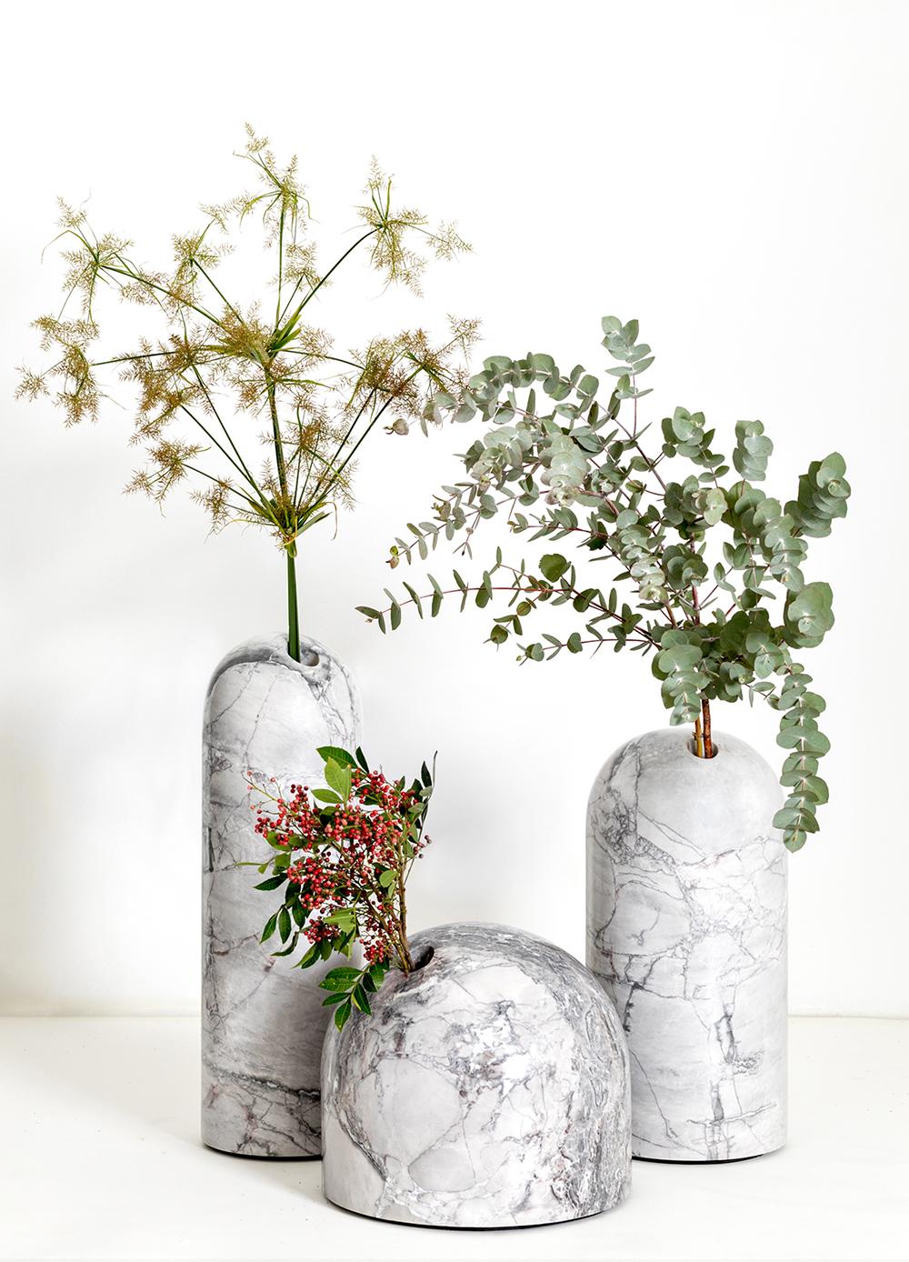 Vasos Solitarios De Leandro Garcia Na Sp Arte 2019 Decoracao Floral Garrafas Decorativas Vasos