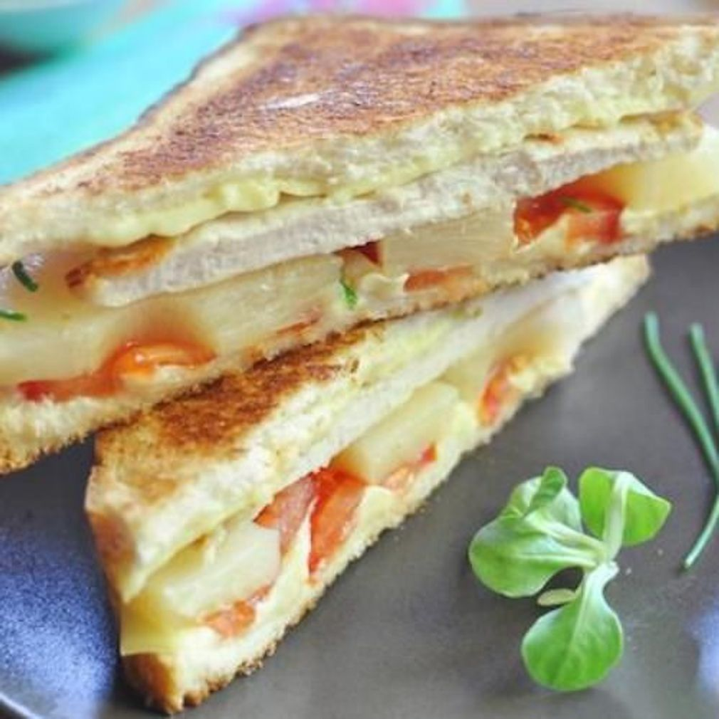 20 recettes originales de croque-monsieur #croquemonsieur Croque-monsieur hawaïen poulet tomate et ananas - Croque-monsieur : 20 recettes qui revisitent le célèbre sandwich chaud #croquemonsieur