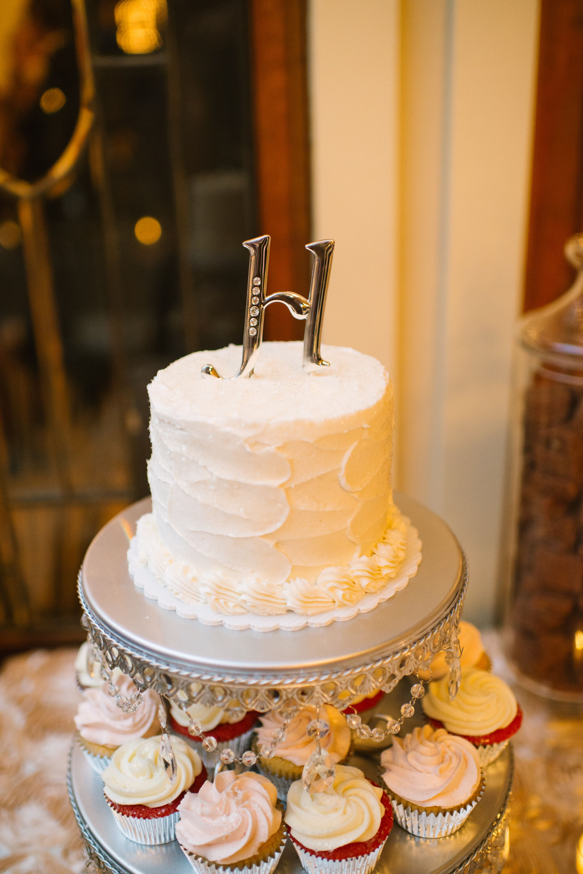 Love the #minicake accompanied with #cupcakes {Al Gawlik Photography}