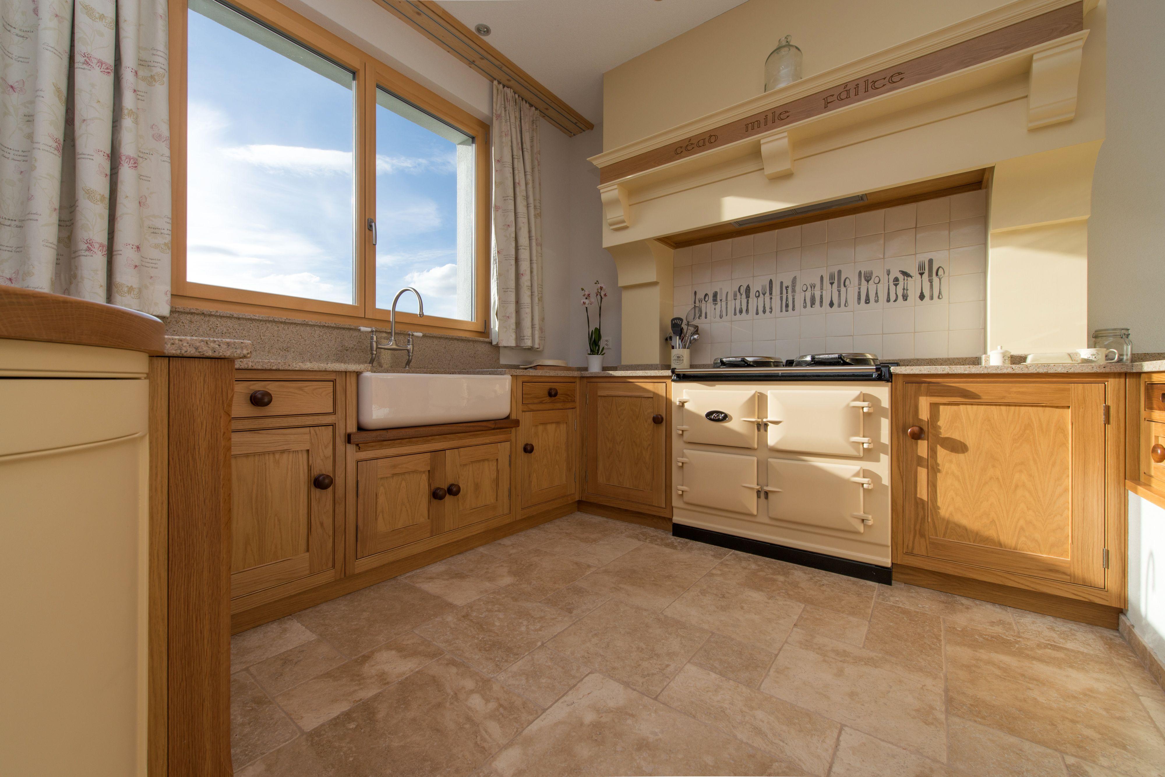 Charmante Landhausküche Mit Travertin Als Bodenbelag