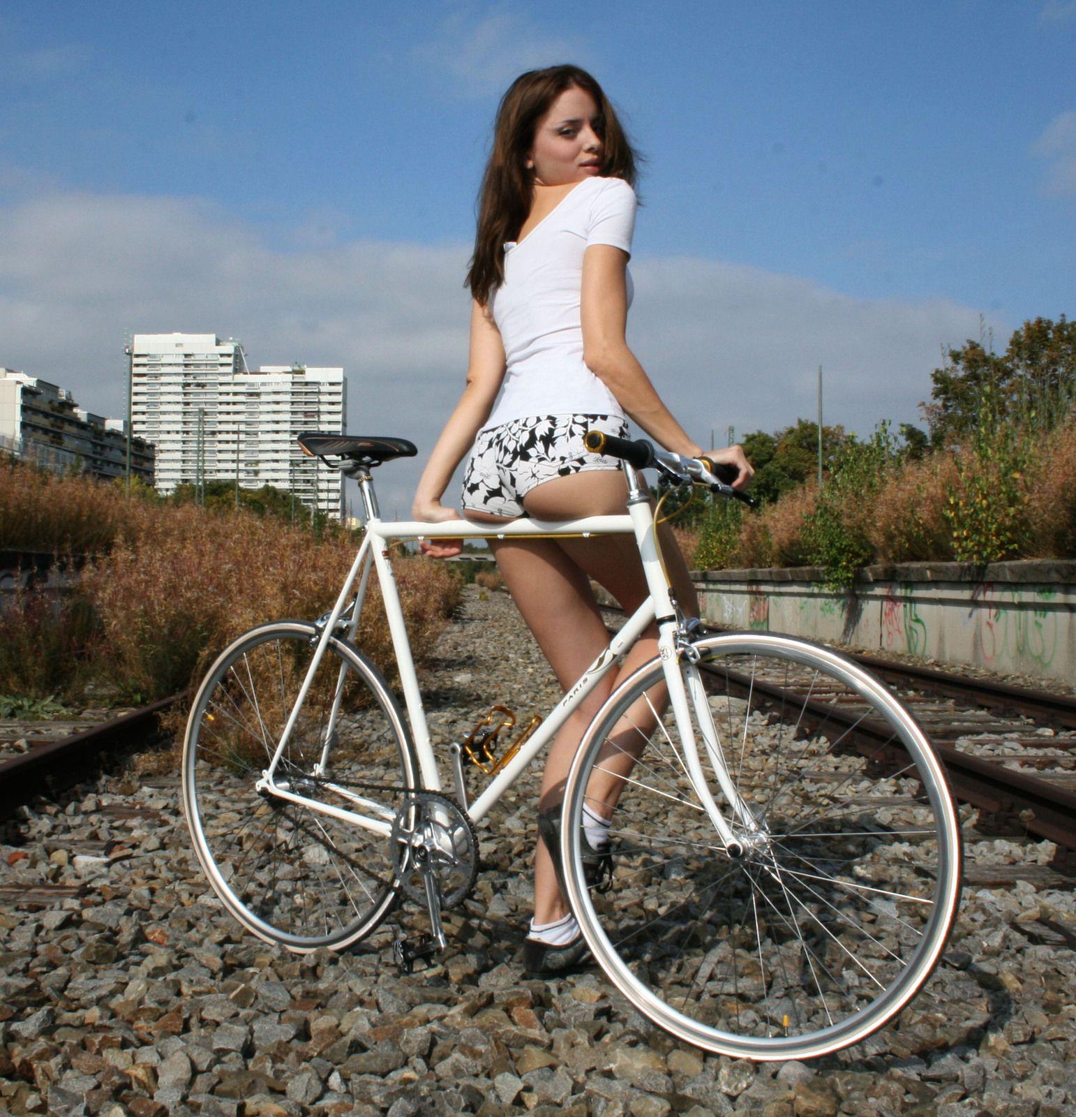велосипед и девушка фото