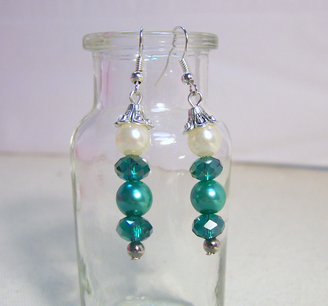 Riley-s Earrings Green Swarovski Crystal Glass Pearls Detailed Silvertone Bead Caps : http://www.outbid.com/auctions/12670-sparkle-wars#16