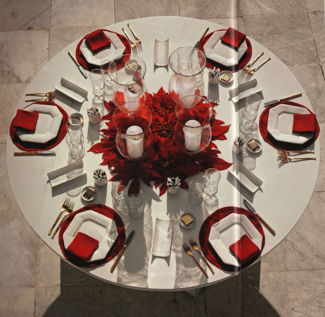 Charming Red And White Glass Unique Design Christmas Table Setting Ideas Round Table White Holiday Table Settings Christmas Dining Table Christmas Party Table