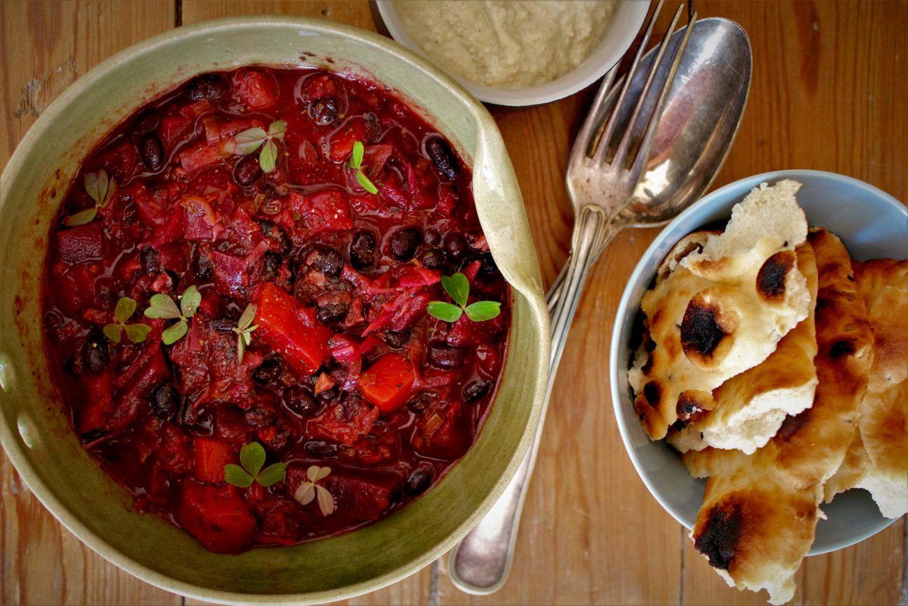 Minestrone med sorte bønner og rødbeder