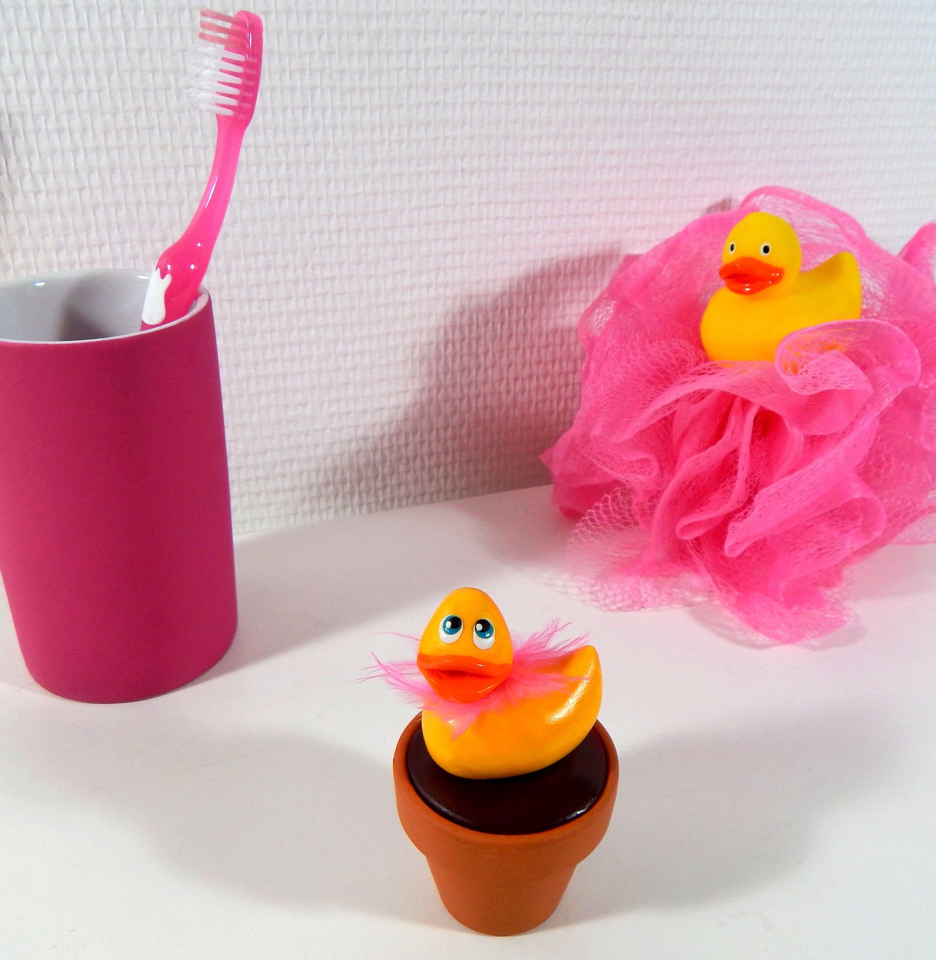 Canard de bain jaune en fimo, pour donner une petite touche rigolote et coquine à votre salle de bain !
