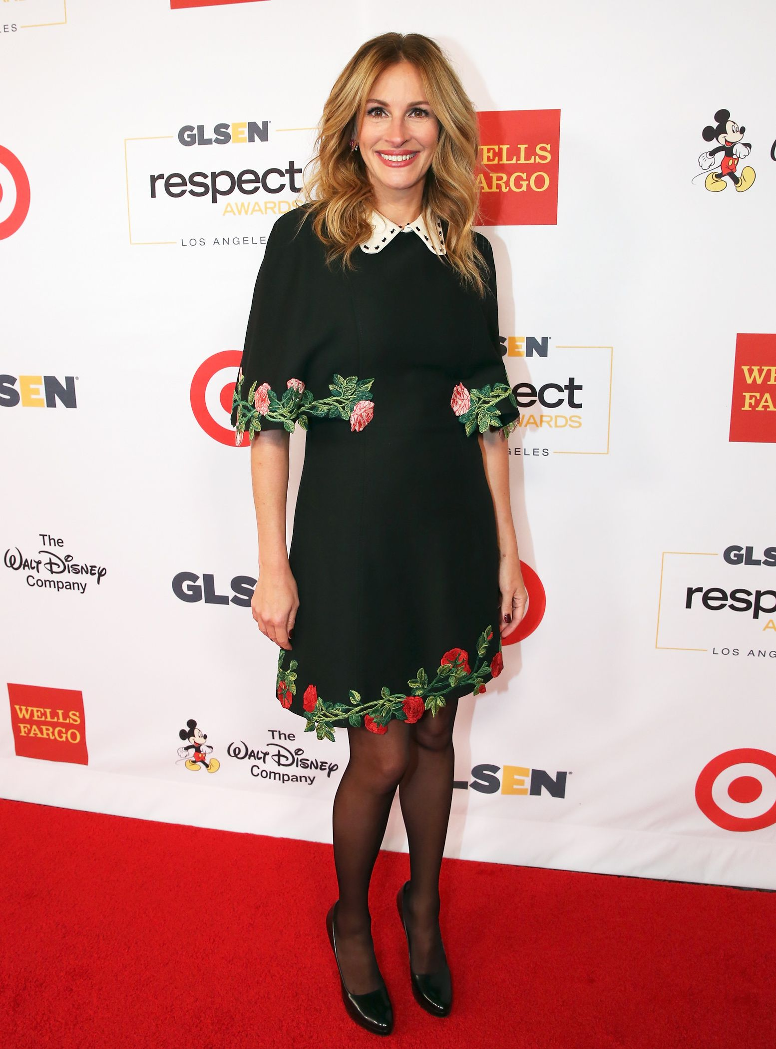 Julia Roberts Makes Roses Look Totally Chic On The Red Carpet Julia Roberts Style Embroidered Dress Fashion [ 2100 x 1554 Pixel ]