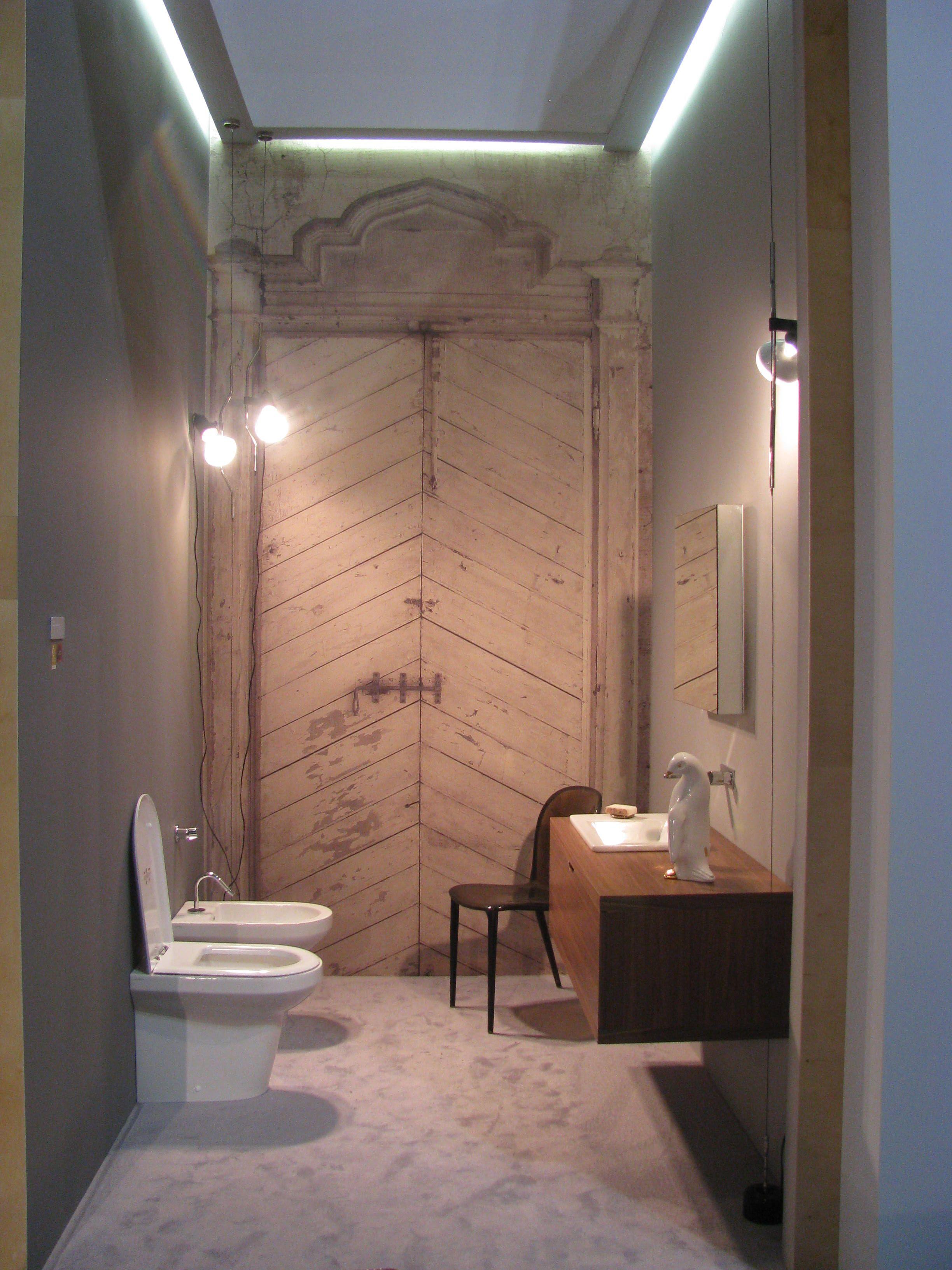 Una porta antica per un bagno moderno. L\'illusione si vive anche ...