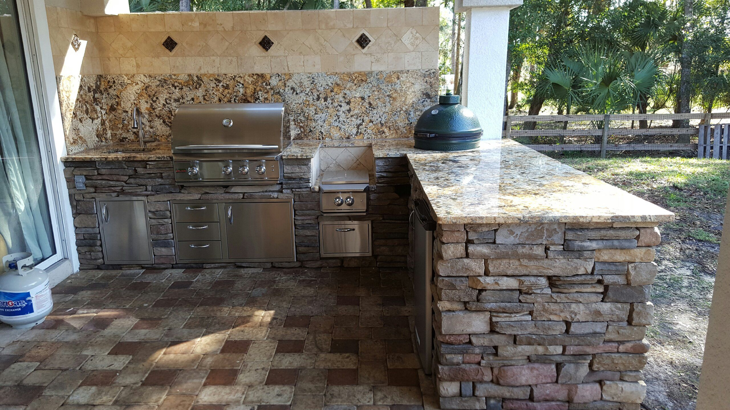 Pictures Of Outdoor Kitchen Backsplashes Outdoor Kitchen Relaxing Patio Diy Outdoor Kitchen