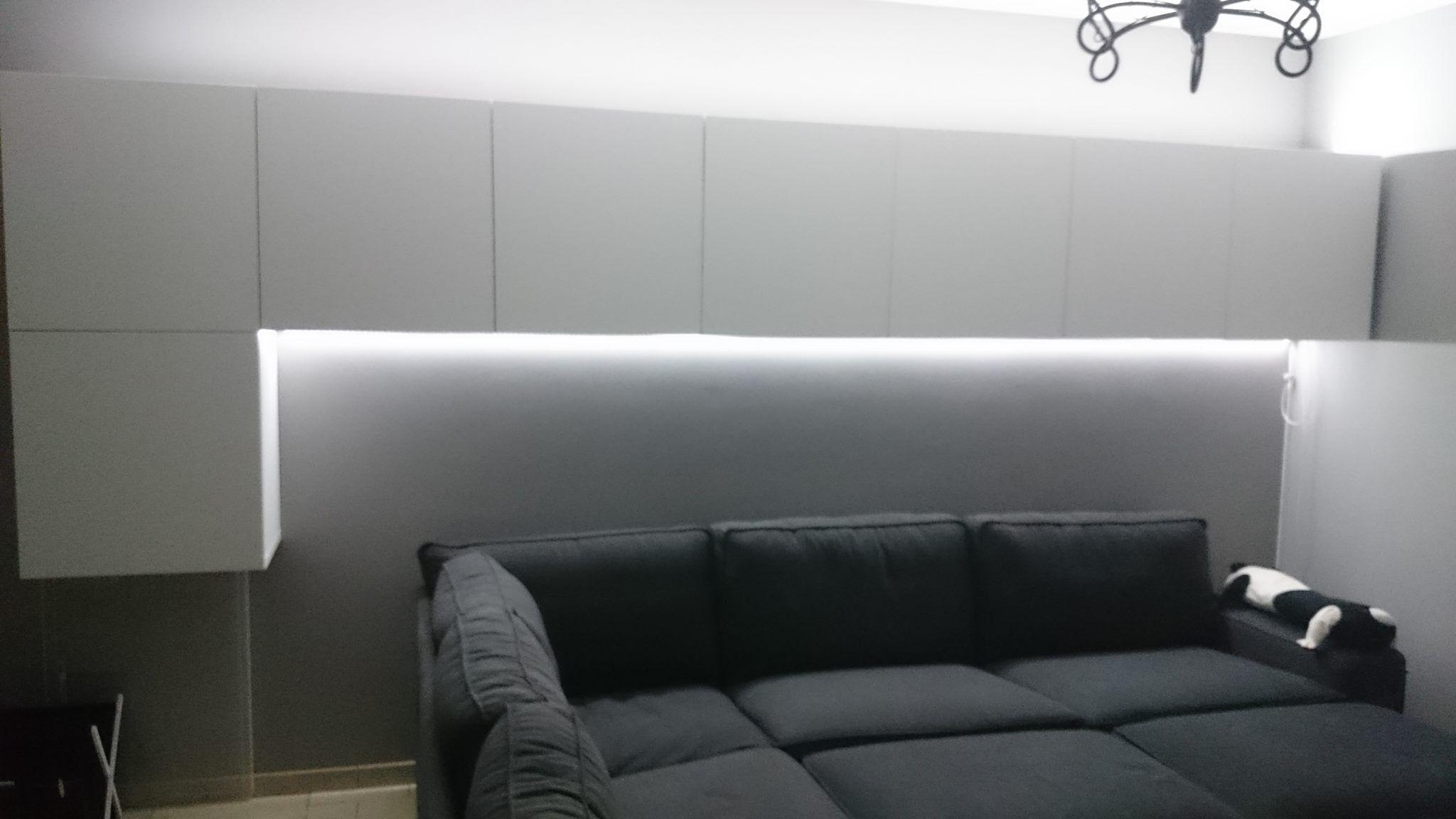 Witte LED strip in de woonkamer op volle sterkte, is ook dimbaar ...