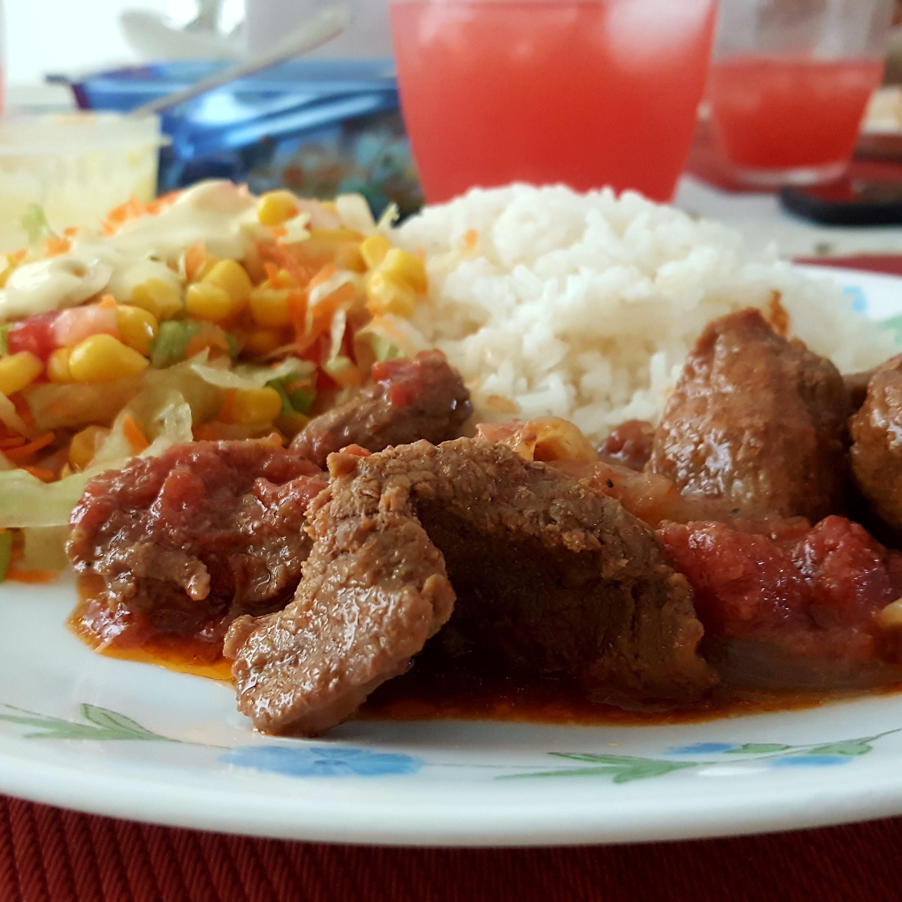 Carne En Salsa De Tomates U Cebolla Ensalada Mixta Con Maiz Dulce Y Arroz Blanco Feliz Sabado Para Todos Buen Prove Recetas De Comida Comida Comida Sabrosa