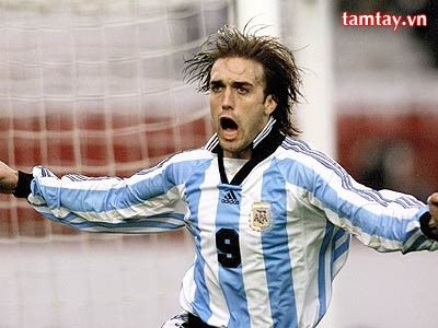 Gabriel Omar Batistuta - Futbolista (Nacido en Avellaneda -Santa Fe-,1969).Mundialmente se lo conoce como «El Bati» Ocupó la posición de delantero en la Selección Argentina (1991 y 2002). Es el máximo goleador de la historia del seleccionado.
