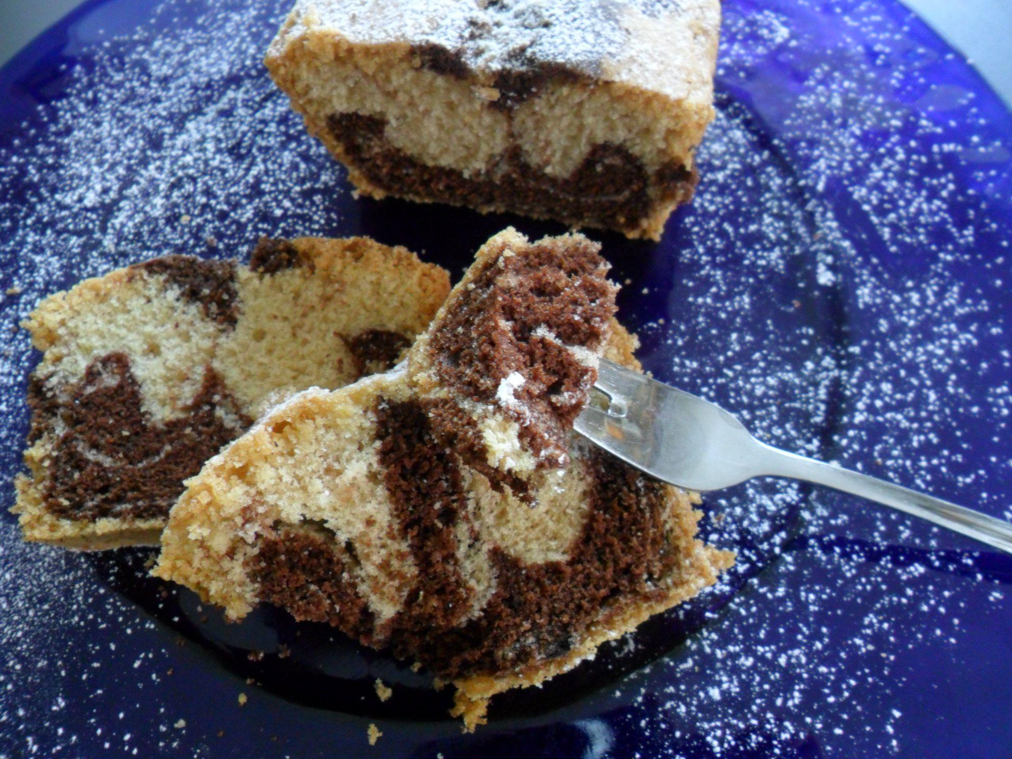 Gluten-free marble cake with icing sugar. (Haselnuss-Schichtkuchen mit Puderzucker überzogen)