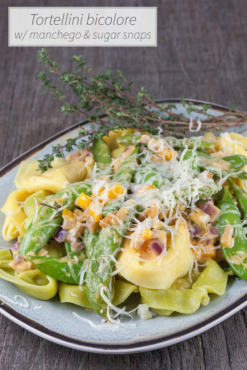 Beautiful two colored tortellini pasta with manchego cheese and sugar snaps. Tortellini bicolore recipe for 4 people, ready in 35 minutes.