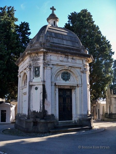 Cemitério dos Prazeres (Cemetery of Pleasures) - Lisboa / Lisbon, Portugal . photo by Bonnie Rose Bryan #mausoleum #tomb #grave