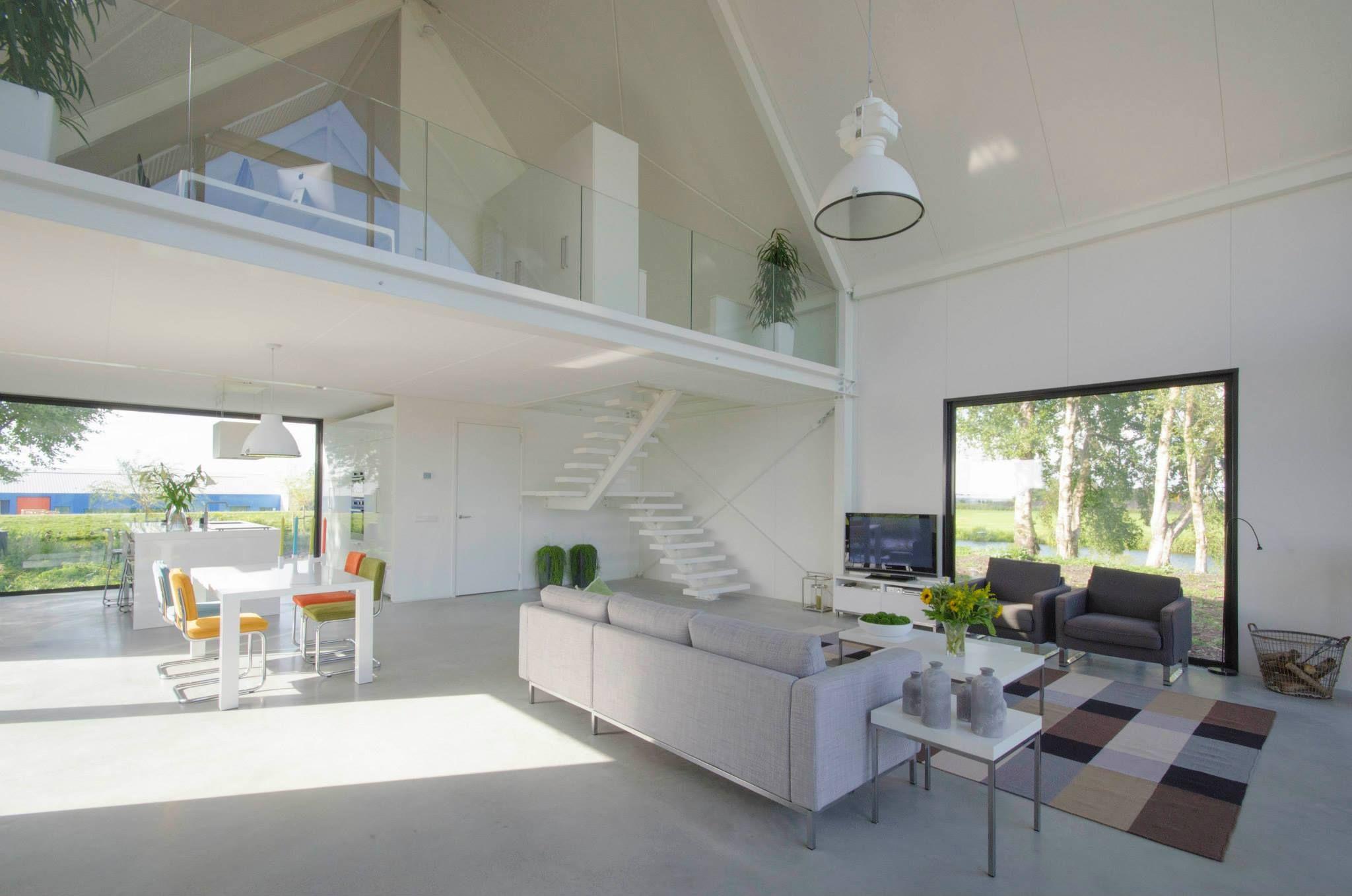 brede woonkamer, vide, glazen bordes, wit | Stair railing ...