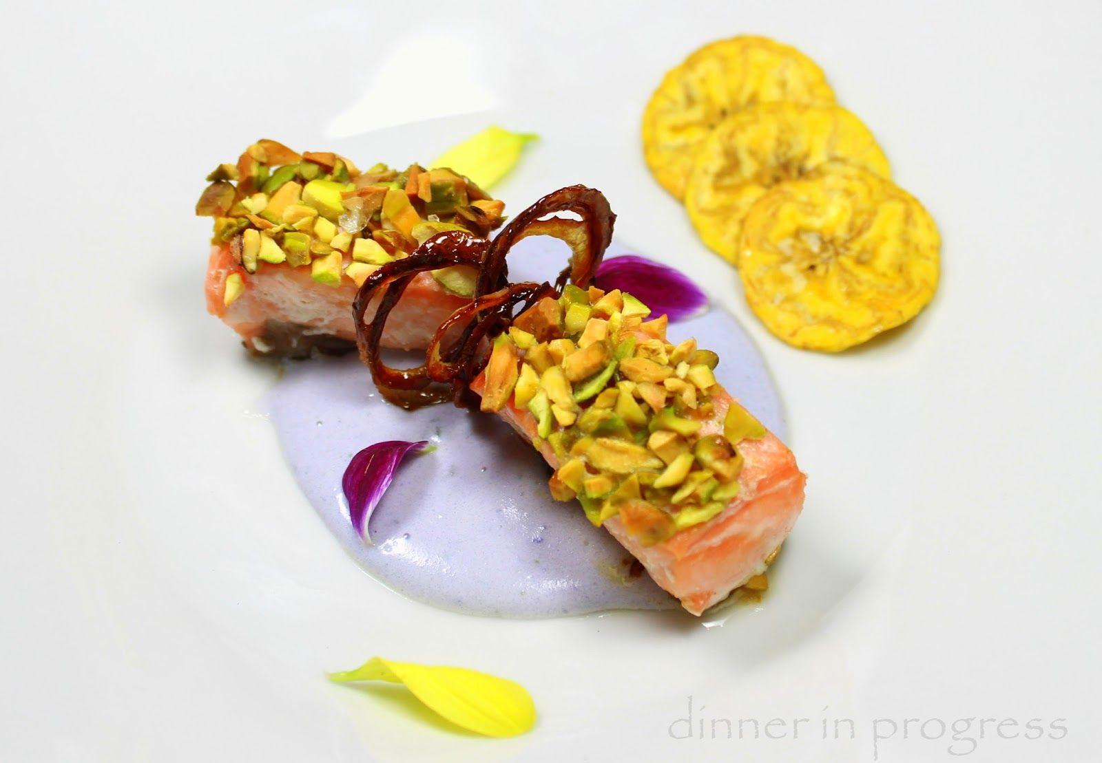 Menù 1° anniversario Dinner in progress: secondo e contorno – Filetto di salmone in crosta di pistacchi con scalogno caramellato su crema di patate viola con chips di platano | Dinner in Progress