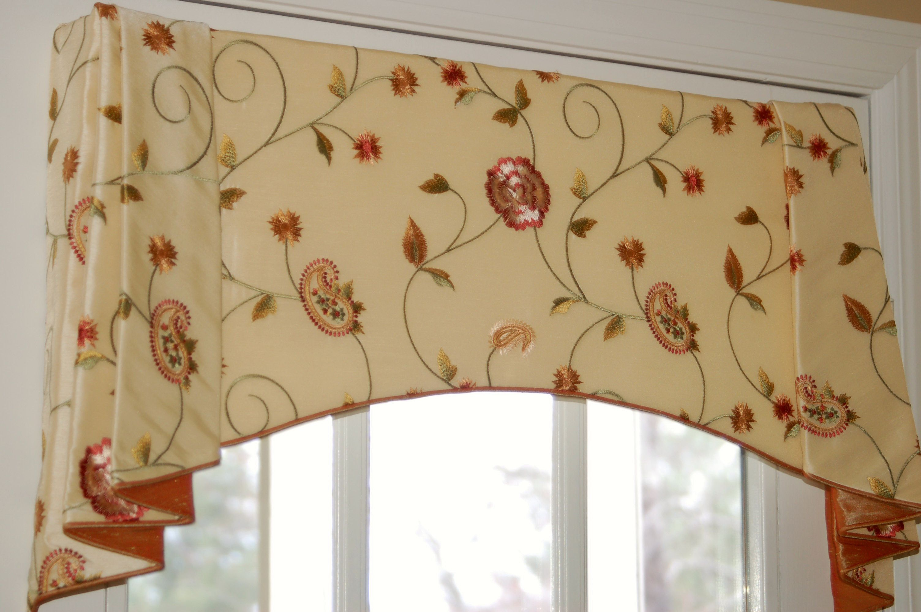 Moreland swag pattern great shape on this valance welcome home