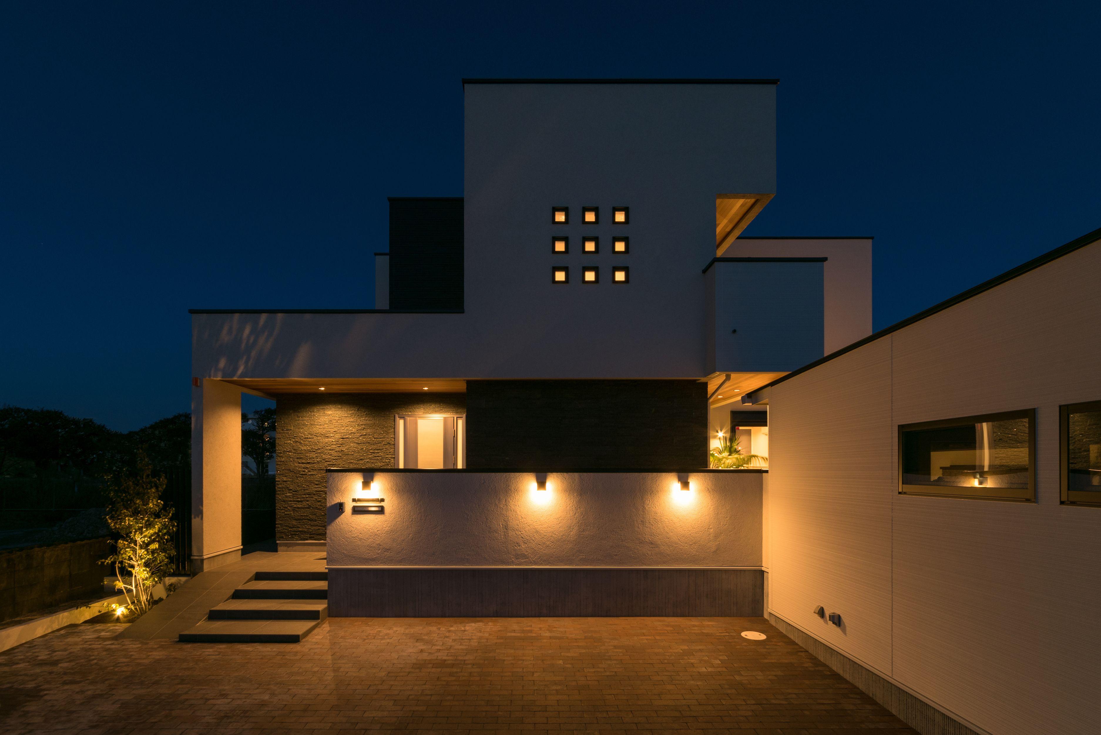 高級感と重厚感のある外観 夜が似合う家 ホームウェア 家 住宅