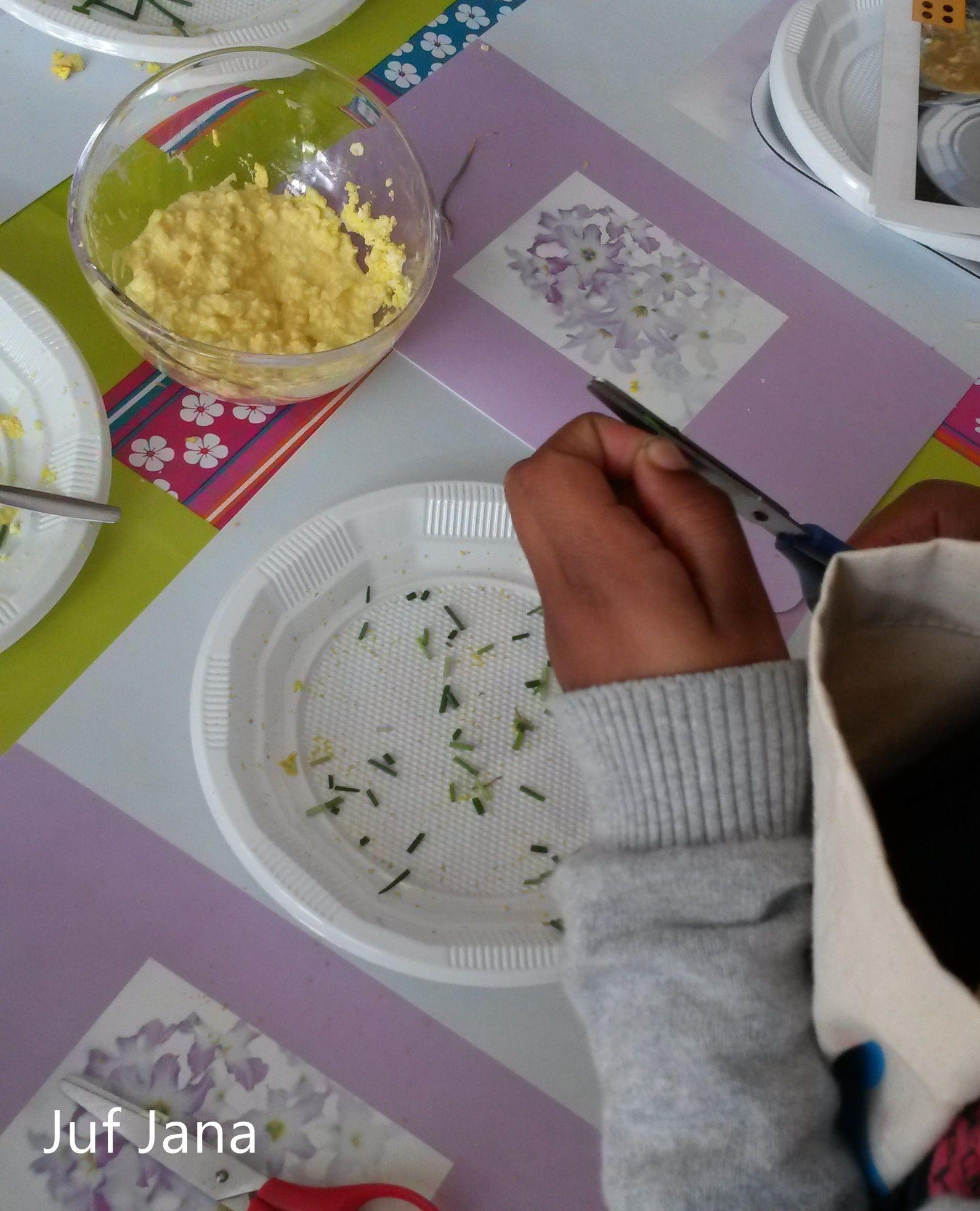 Bieslook fijn knippen om het toastje met eiersalade te versieren. Eiersalade klaarmaken volgens stappenplan