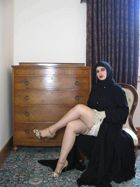 image Sexy hijab girl is shaking her ass