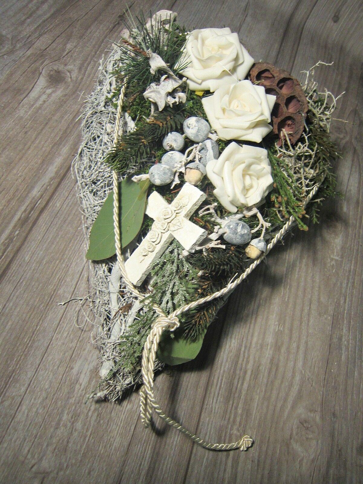 GRABGESTECK ALLERHEILIGENGESTECK GRABSCHMUCK Allerheiligen Herz 35 cm - EUR 26,95. Natur-Geäst-Herz, handdekoriert 35 cm mit weissen haltbaren Rosen, hochwertiges Material aus dem Floristik-Fachhandel, getrocknetes Natur-Material, Stein-Kreuz und cremefarbener Kordel. Alles dauerhaft haltbar 322837516796 #friedhofsblumen