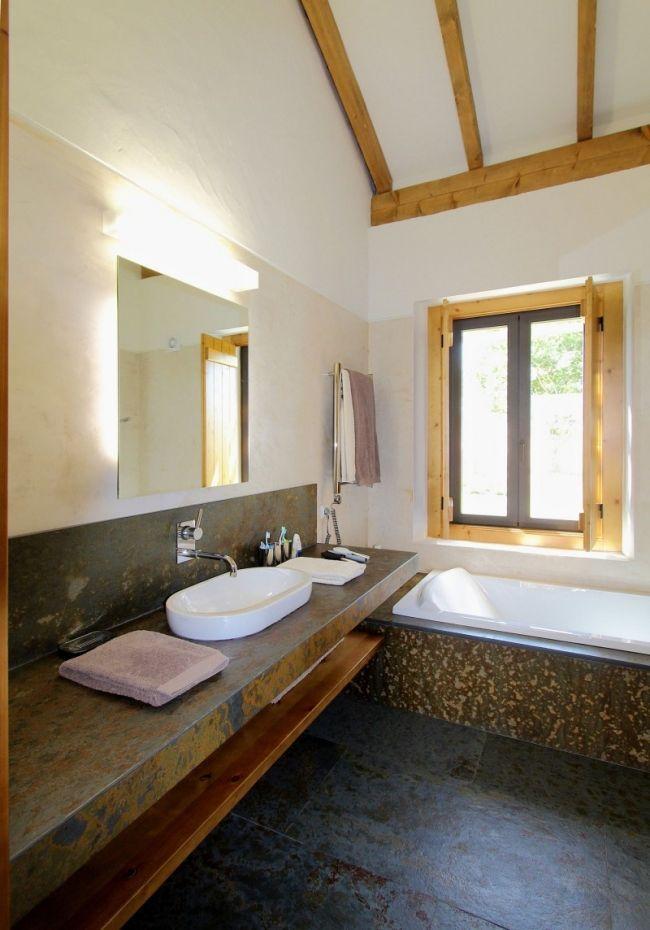 rustikales bad design fliesen metall effekte holz unterregal - badezimmer design fliesen