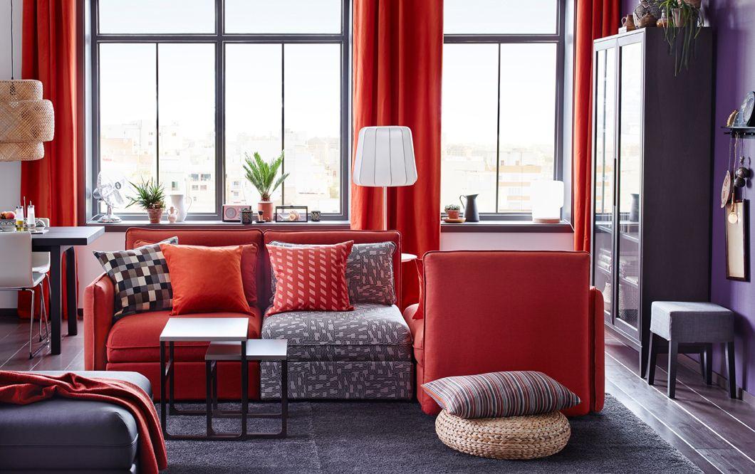 Ein mittelgroßes Wohnzimmer u. a. mit VALLENTUNA 3er-Sitzelement und ...