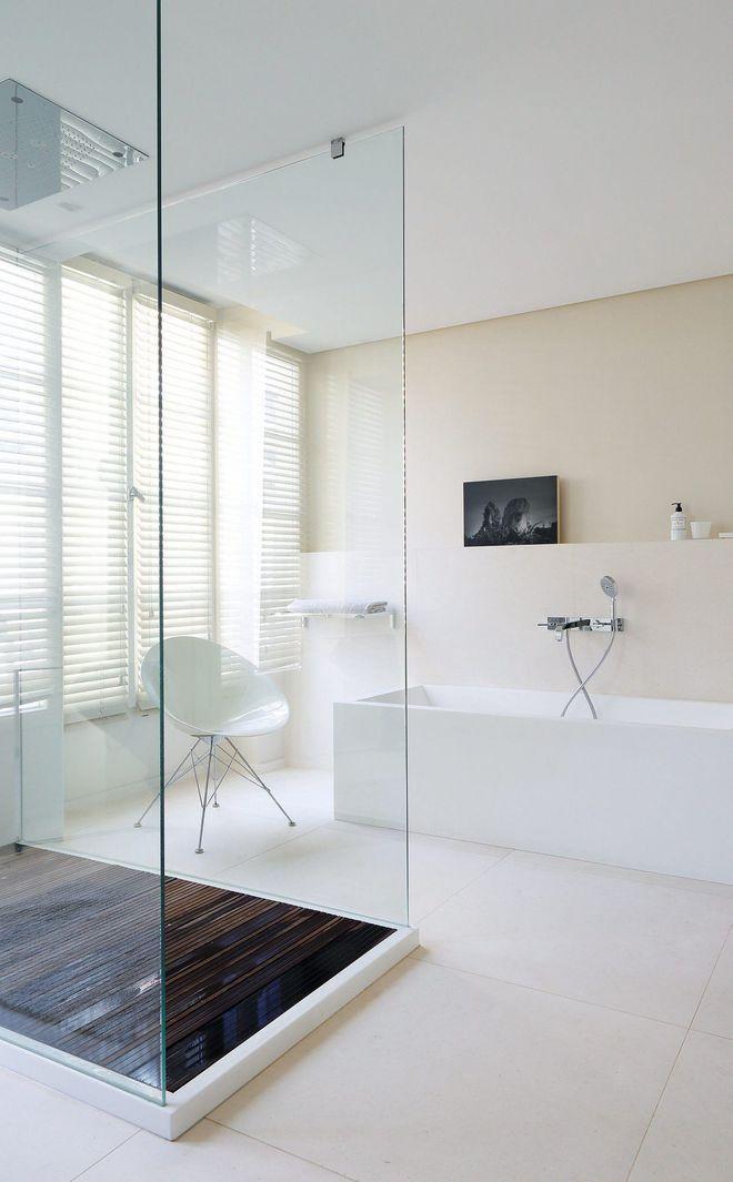 Dans la salle de bains, la touche de teck sublime la pierre de