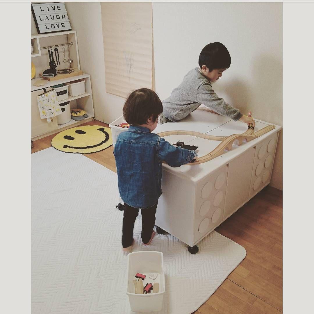 プレイテーブルを作ることにしました が 約6畳の部屋にさらにプレイテーブルを設置するのはキャパオーバー そこで 本棚とプレイテーブル さらに簡易ベンチとして使えるよう 工夫してみました 1台三役で省スペース カラーボックスでレゴ風収納棚 プレイテーブル