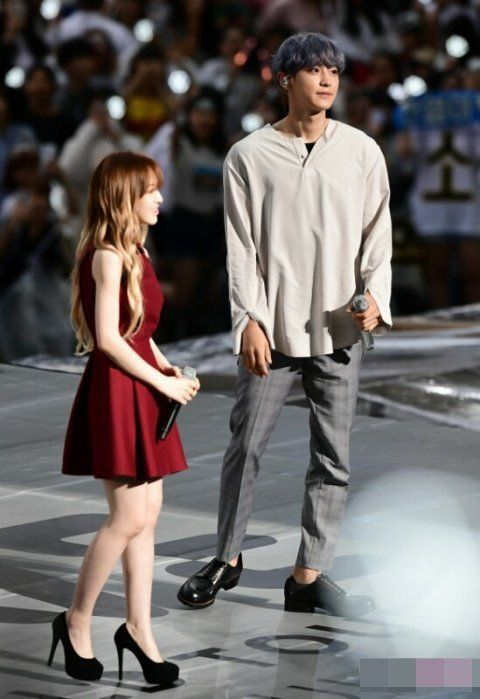 chanyeol and rose holding hands