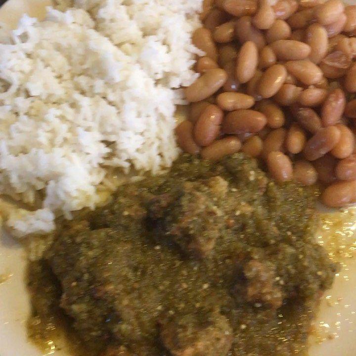 Carne de puerco en salsa verde con arroz y frijoles