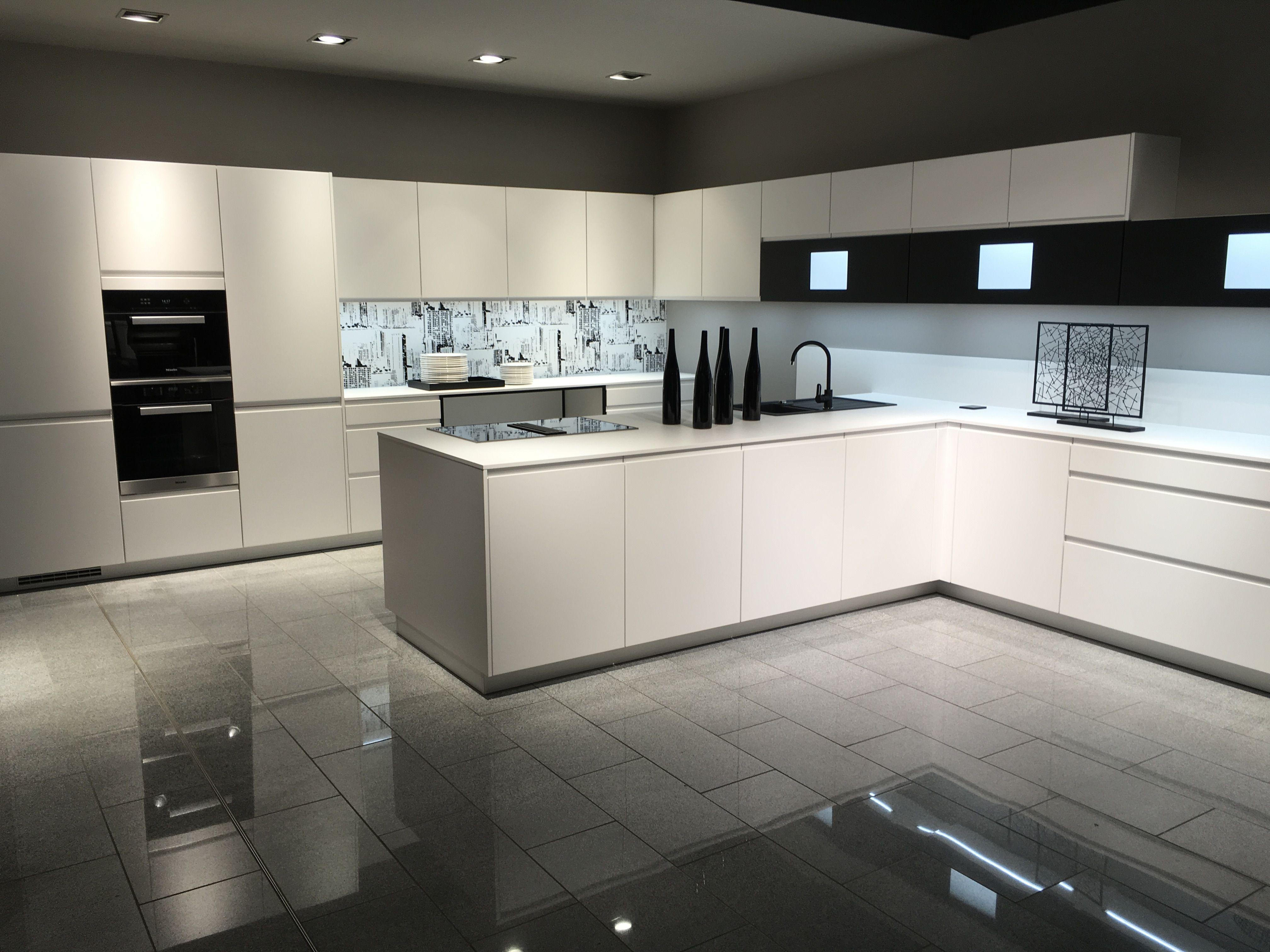 Macht die weiße Küche aufregend: Nischenrückwand mit Druck und