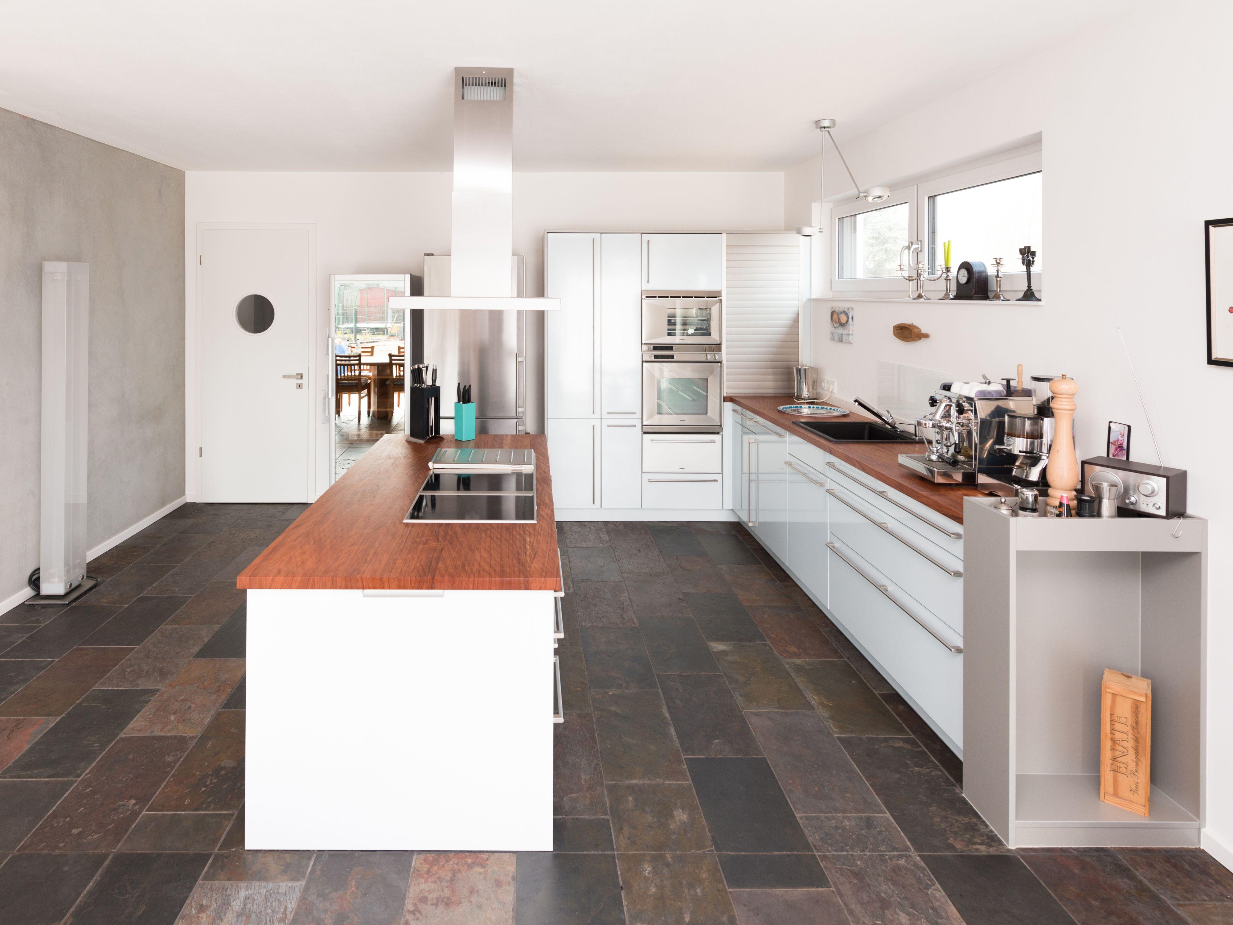 die ausdrucksstarken fliesen setzen einen tollen kontrast zu puristischen modernen k chen. Black Bedroom Furniture Sets. Home Design Ideas