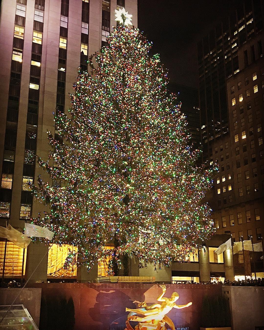 Christmas is here ❤️ #Noël #rockefellerchristmastree