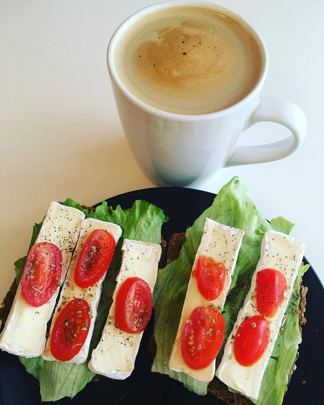 Witam Was kochani ze swoim kolorowym śniadaniem🥪Kanapki przygotowałam serkiem camembert, sałatą oraz pomidorkami koktajlowymi, a do tego kawka😋#sniadanie#zdrowesniadanie #kanapkinaśniadanie#zdrowekanapeczki#zdroweodżywianie#zdrowejedzenie#pysznosci#breakfast#coffeetime#sandwiches#healtysandwich#healthybreakfast#healthyfood#healthylifestyle#food#foodporn#instafood#foodphotography#foodstagram#l4l#f4f#haveaniceday👊