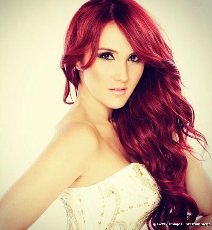 Cantante de pelo rojo corto