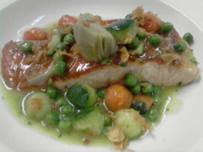 Salmón a la plancha con menestra de verduras en restaurante El Portillo www.ghbarbastro.com