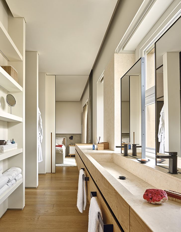 El mueble del lavabo ha sido realizado en roble natural según un ...