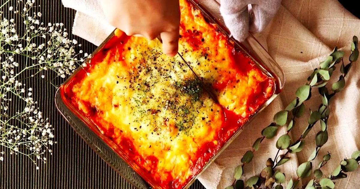Vous n'aurez besoin que de 5 ingrédients et de 5 minutes pour faire cette DÉLECTABLE lasagne ORIGINALE... On vous demandera une deuxième assiette, promis!