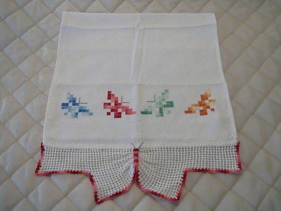 Pano de copa bordado com borboletas coloridas e acabamento em crochê em formato de borboleta