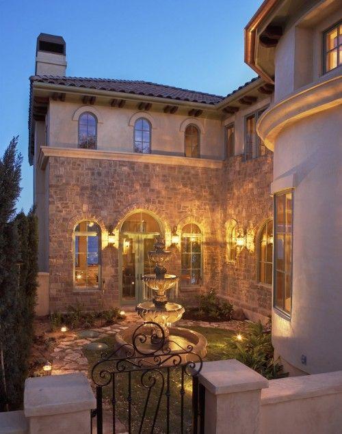 Stone and Stucco Elevation. A iluminação dessa casa é de enlouquecer qualquer cristão.