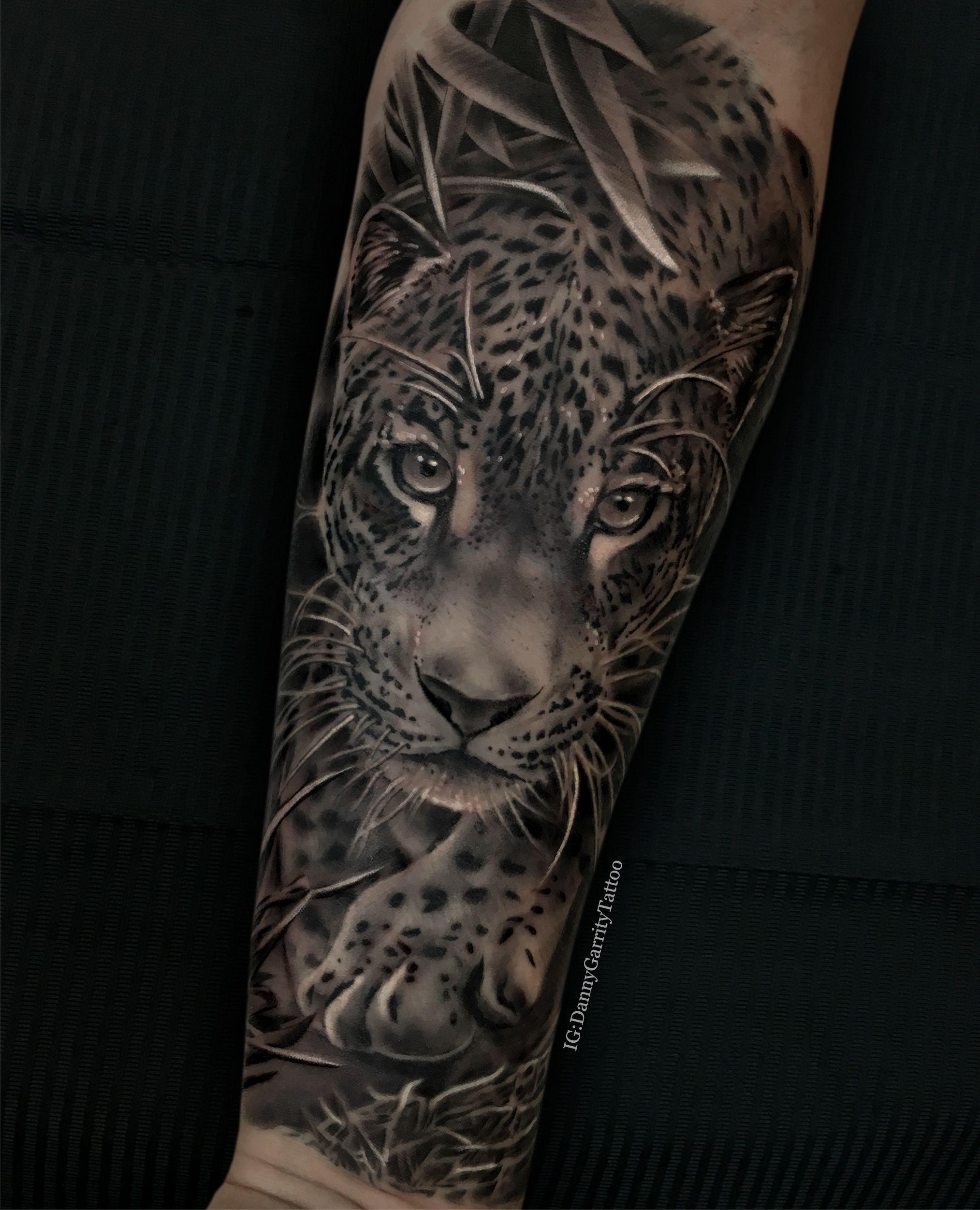 Men S Forearm Sleeve Tattoo Realistic Leopard In Black And Grey Tatuagem Animal Tatuagem Jaguar Tatuagens De Mulheres