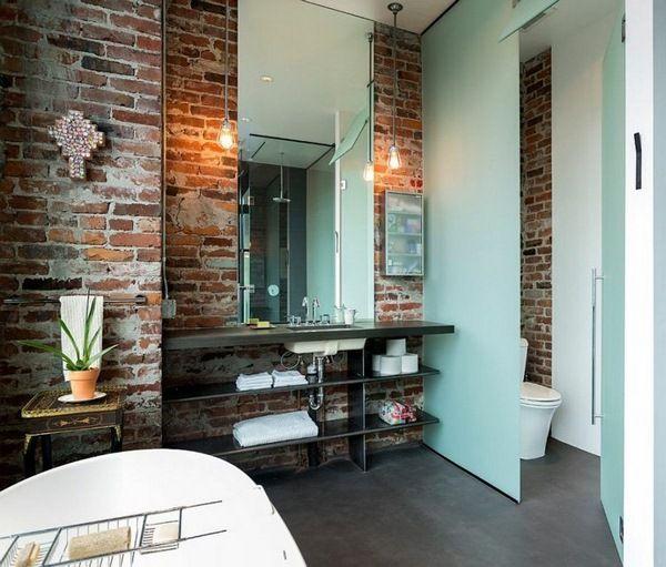 Mur miroir de salle de bains bassin de briques non traitées étagères