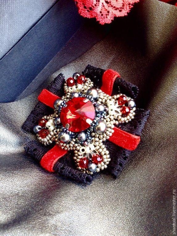 Красная брошь с черным м