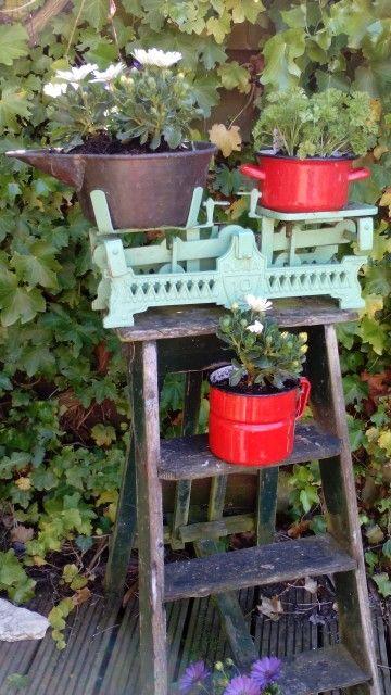 Oud houten trapje met emaille weegschaal tuin decoratie for Decoratie spullen