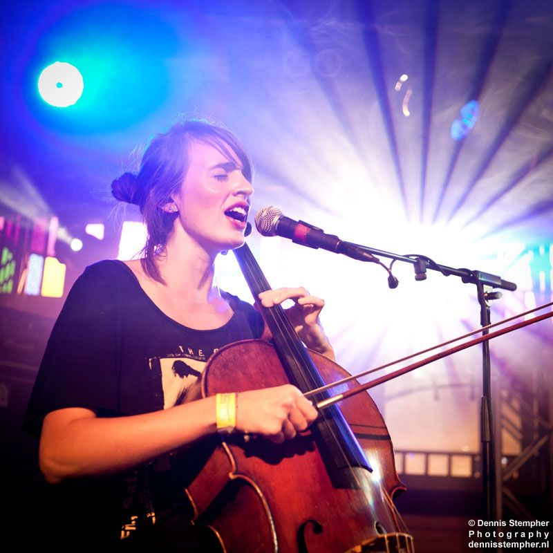 India Bourne She Plays Cello And Sings With Ben Howard She Is Also Great Cellist Singer Songwriting